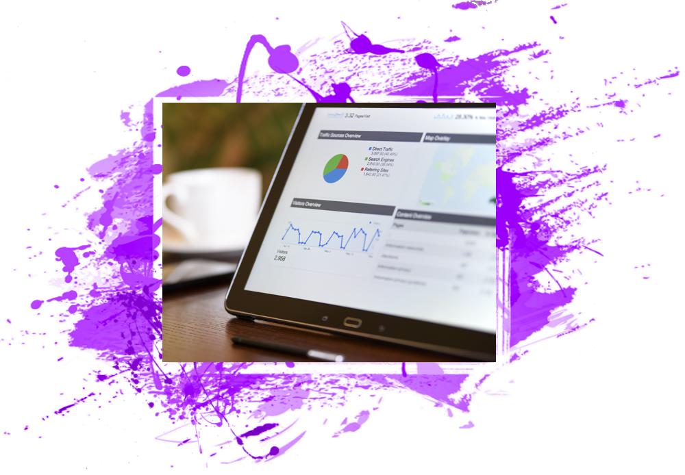 Vediamo uno schermo di un tablet con la dashboard di Google Analytics aperta.