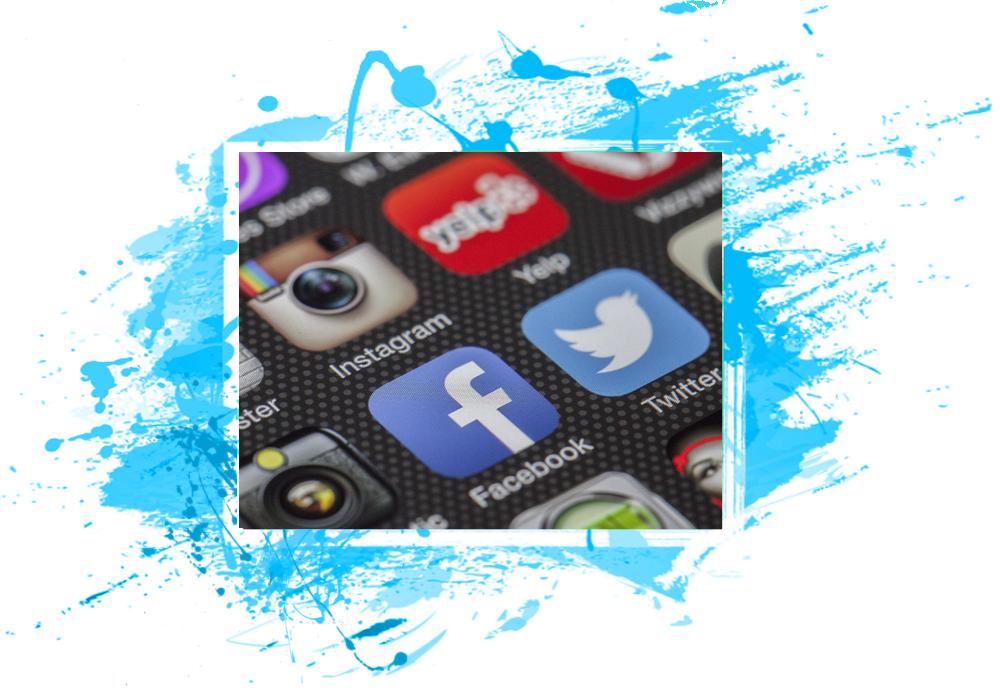 Vediamo un primo piano di uno schermo di uno smartphone con le icone dei social media: Instagram, Facebook e Twitter.