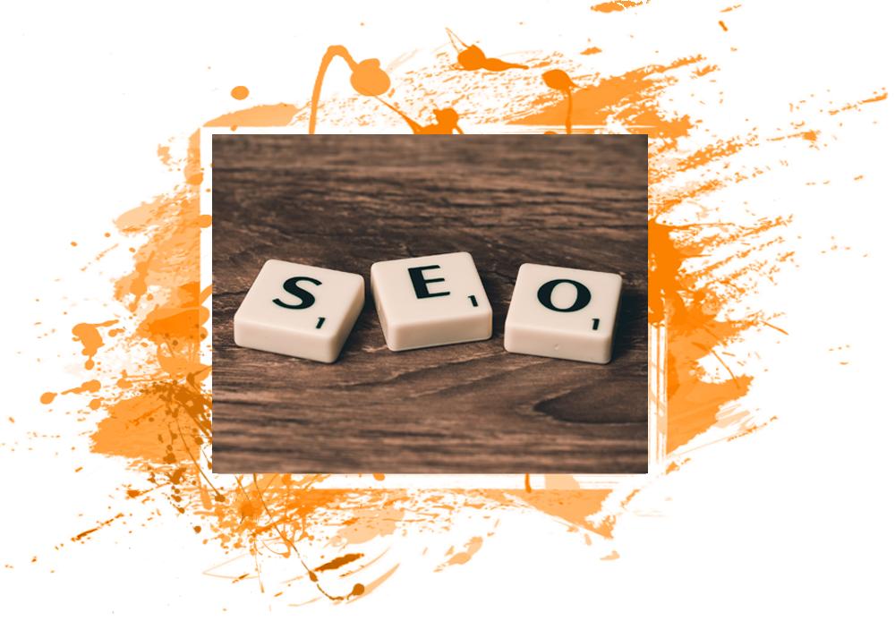 Vediamo una scritta composta con le lettere dello scarabeo su un tavolo di legno: SEO - Search Engine Optimization