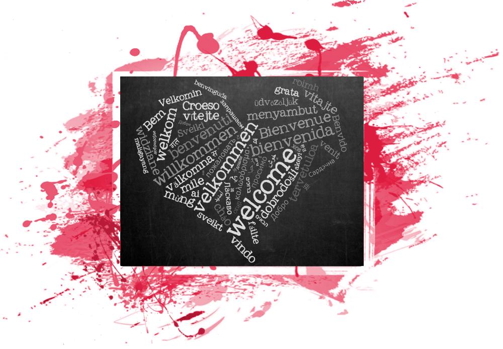 Su una lavagna vediamo delle forme di saluto scritte col gesso in molte lingue. Ad esempio welcome, bienvenido e bienvenue
